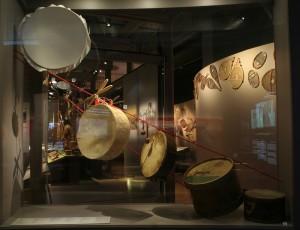 Boite rouge vif - Exposition « C'est notre histoire. Les Premières Nations et les Inuit au XXIe siècle » au Musée de la civilisation de Québec..