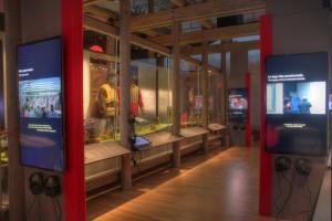 Boite rouge vif - Capsules thématiques -Exposition permanante « C'est notre histoire. Premières Nations et Inuit du XXIe siècle. »