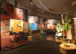 Boite rouge vif - Exposition itinérante « Passages migratoires ».
