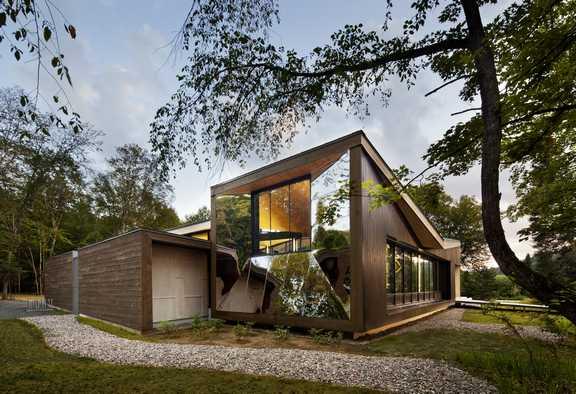 l'emploi du bois comme matière principale a permis d'insérer harmonieusement le bâtiment dans son environnement. ©Stéphane Brugger