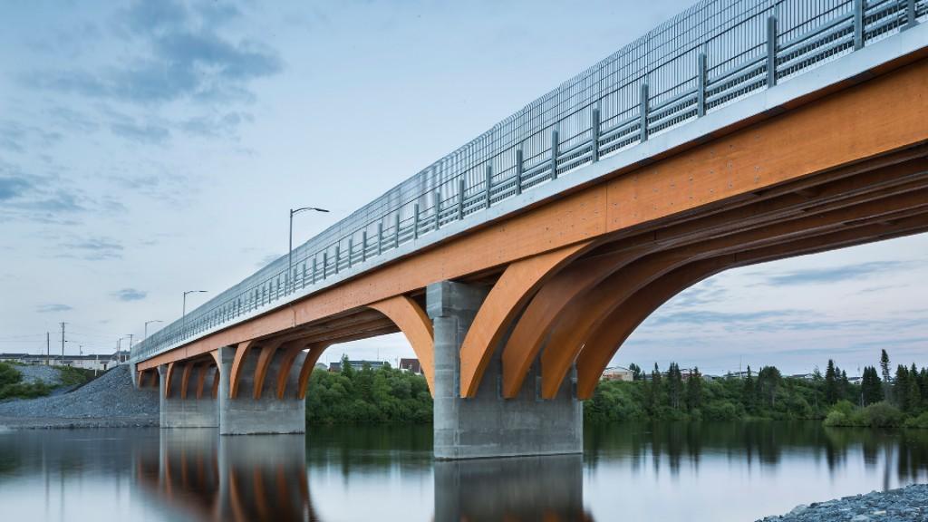 Pont de Mistissini : L'empreinte carbone de la structure de bois versus une structure avec tablier à poutre mixte acier-béton fut un élément déterminant en faveur du bois. Au total, la différence entre les deux solutions est de 1472 tonnes d'émissions équivalentes de CO2, ce qui correspond au CO2 émit lors de la combustion de 640 000 litres d'essence.