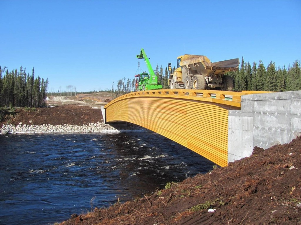 Pont Maicasagi (Jamésie) : L'utilisation du CLT a permis d'atteindre une portée libre de 68 mètres et 180 tonnes métriques de charge utile, ce qui en fait une prouesse technologique.