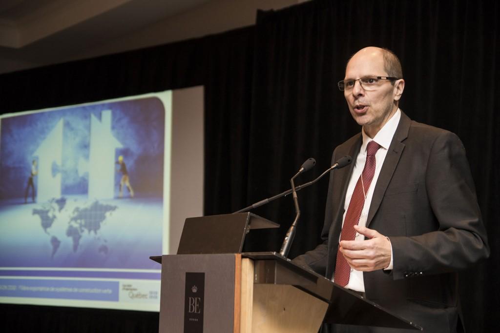 Marc Vézina de la Société d'habitation du Québec présente le projet de filière exportatrice de systèmes de construction verte.