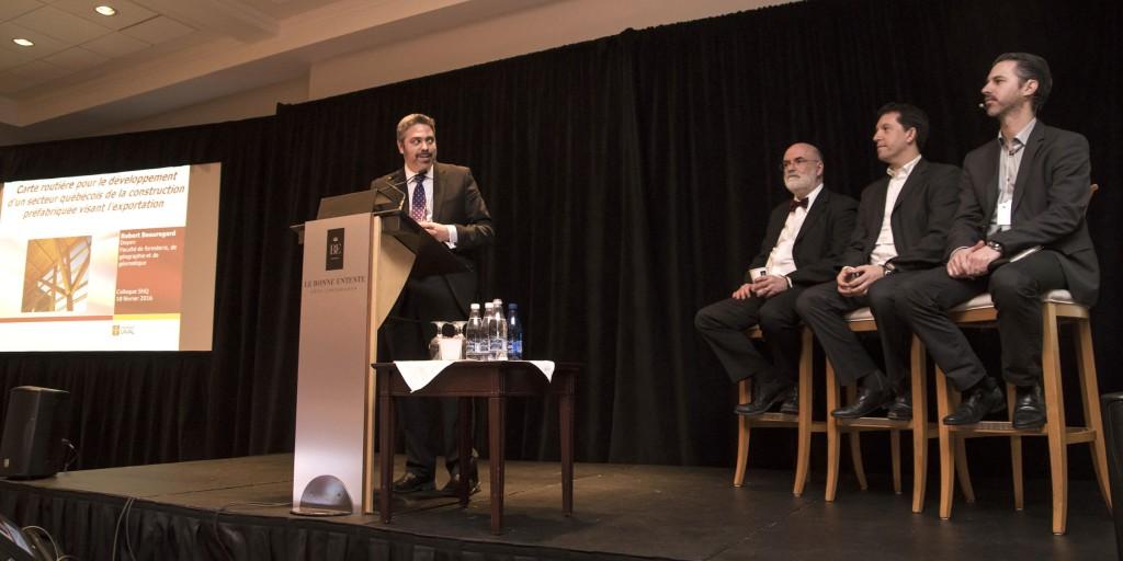 Stéphane Dion anime le panel composé de Robert Beauregard, Patrick Molinie et Normand Hudon.
