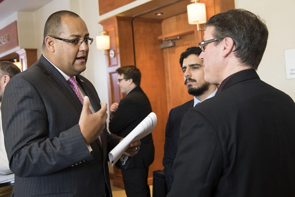 Saul Polo, adjoint parlementaire de la ministre de l'Économie, de la Science et de l'Innovation, discute avec le coprésident du colloque, Martin Roy.