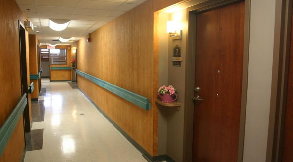 Seul un vernis clair recouvre le CLT sur les murs du corridor.