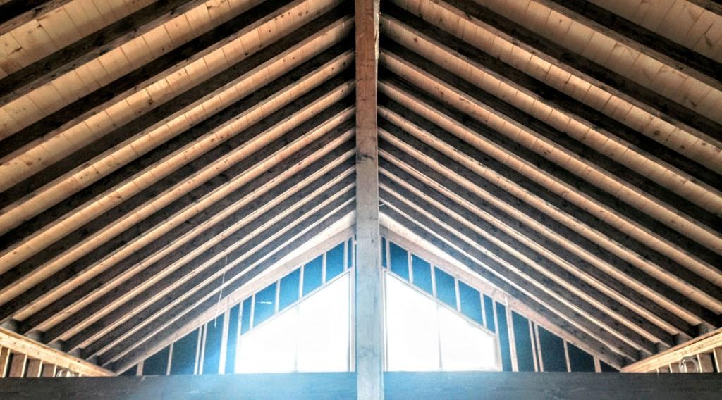 Les poutres de grandes dimensions donnent une apparence spectaculaire à ce toit de charpente.  © Boréale Innovation