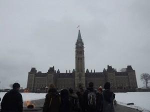 Groupe autour de la Flamme Centenaire au Parlement